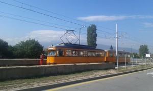 """La motrice 4211 T4 Düwag (année 1960) et sa remorque B4 sont photographiées au terminus """"Gare routière de l'Est"""" de la ligne 22 à voie normale (1435 mm)  à Sofia, la capitale bulgare, le lundi 29 août 2016. Copyright : Alexia Botrel"""