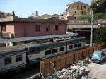 Un train, locomotive électrique de type E 656 en pousse, quitte la gare de Vernazza en direction de La Spezia, le mardi 25 août 2009. Copyright : Edouard Paris