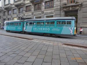 Photographie d'une motrice articulée double caisse numéro 4732 (année 1960) de type 4700, pelliculée Deliveroo, via Orefici à Milan, le samedi 3 septembre 2016. Copyright : Laure C
