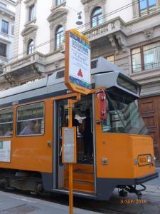 """A Milan, arrêt de tram """"Duomo M1 M3"""", aperçu de la cabine de conduite de la rame 4923 (année 1976) Fiat Ferroviaria de type 4900, le samedi 3 septembre 2016. Copyright : Laure C"""