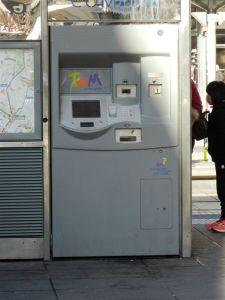 """Aucun autocollant d'avertissement apposé sur  le troisième distributeur de titres de transport de la station """"Comédie"""", le mercredi 30 novembre 2016 en milieu de matinée. Copyright : Anje34"""