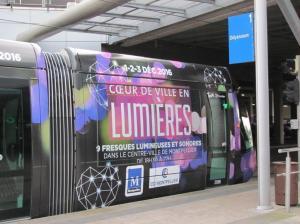 """Photographie d'une motrice de la rame 2098 Citadis 402 Alstom multilignes """"Cœur de Ville en Lumières"""", au terminus """"Odysseum"""" de la ligne 1, le samedi 26 novembre 2016. Copyright : Edouard Paris"""