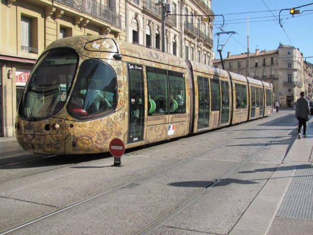 """A 11h47, le lundi 31 octobre 2016, la rame 2044 Citadis 302 Alstom d'une capacité de 212 places, opérant sur la ligne 4 de tramway bouclée, quitte la station """"Observatoire"""" en direction du boulevard du Jeu-de-Paume avec une vingtaine de voyageurs à bord. Copyright : Edouard Paris"""