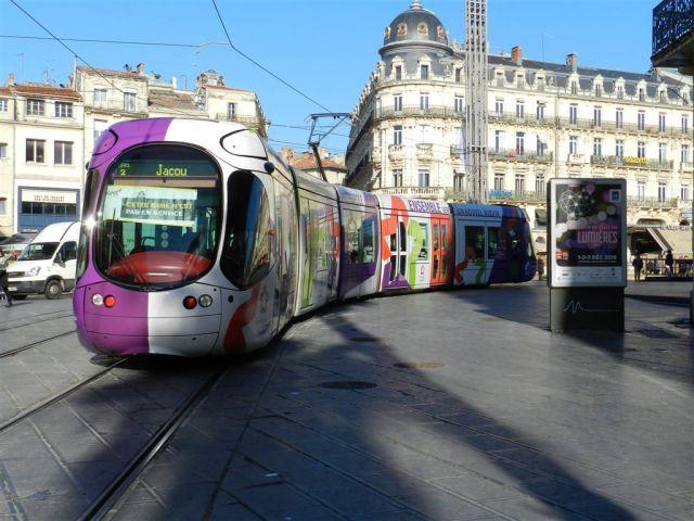 Aux couleurs de Montpellier Méditerranée Métropole, la rame 2049 Citadis 302 Alstom multilignes est photographiée à son arrivée sur la place de la Comédie, le mercredi 30 novembre 2016. Copyright : Anje34