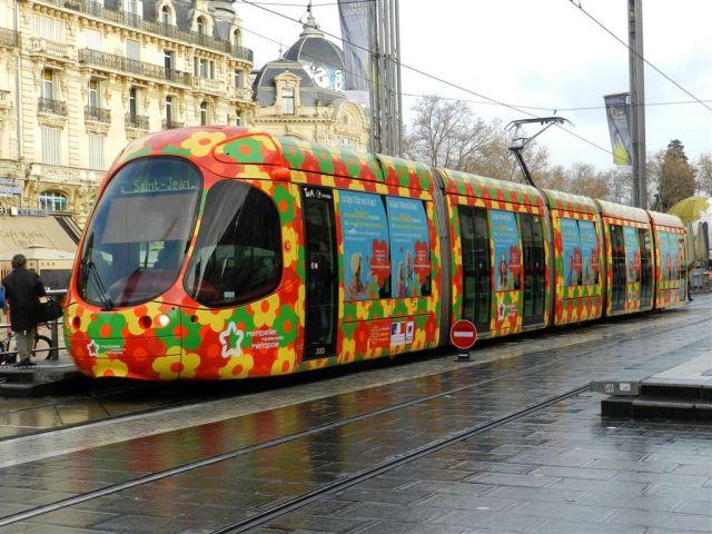 """La rame 2060 Citadis 302 Alstom, dont les baies vitrées ont été pelliculées à l'occasion des 10 ans de la ligne 2, est photographiée à la station """"Comédie"""", le vendredi 16 décembre 2016. Copyright : Anje34"""