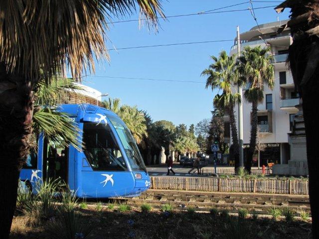 La mise en service de la branche nord de la ligne 5 tramway, entre la colonne Saint-Eloi et Agropolis à Montpellier, pourrait intervenir d'ici à 2022. Photo prise le samedi 17 décembre 2016, sur laquelle on peut apercevoir dans l'ombre à droite le pied de la colonne Saint-Eloi. Copyright : Edouard Paris