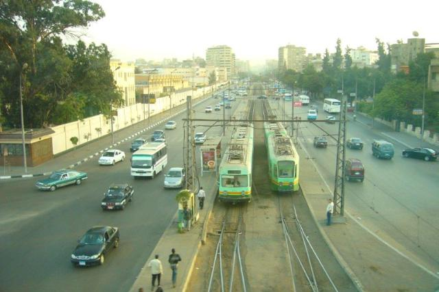 Des tramways double élément du Japonais Kinki Sharyo, de type 6000 à gauche et de type 4000 à droite, photographiés sur une large avenue de la ville d'Héliopolis, le dimanche 8 novembre 2009. Copyright : Fab