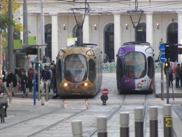 """Les rames 2044 et 2049 Citadis 302 Alstom, opérant sur la ligne 4, se croisent à la station """"Gare Saint-Roch"""", rue de la République à Montpellier, le samedi 11 décembre 2016 à 14h01. Copyright : Edouard Paris"""