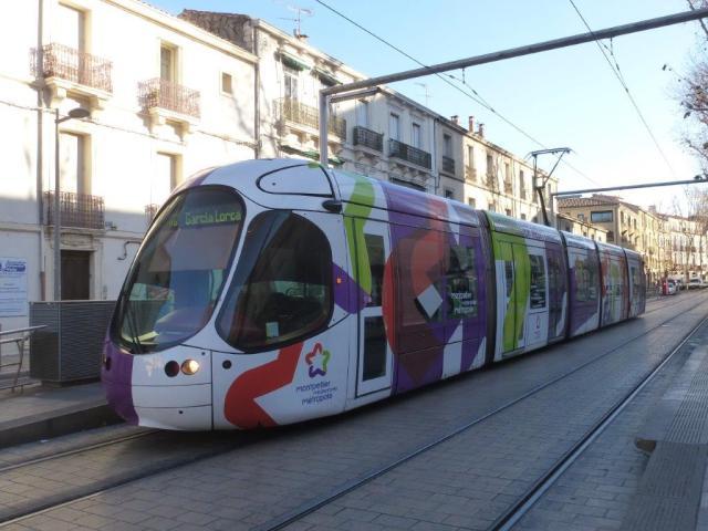 """Opérant sur la ligne 4, dans le sens 4b, la rame 2049 Citadis 302 Alstom est photographiée à la station """"Louis Blanc"""" commune aux lignes 1 et 4, le vendredi 13 janvier 2017. Copyright : Louis Ferdinand"""