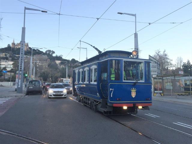 La motrice n°7 du Tramway Bleu de Barcelone est photographiée sur l'avenue du Tibidabo à la hauteur de la rue de Bosch i Alsina, alors qu'elle roule en direction de la place Kennedy, le samedi 14 janvier 2017 en fin d'après-midi. Copyright : LauDel