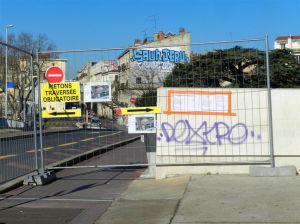 """Le trottoir côté nord-est du Pont-de-Sète à Montpellier est désormais interdit aux piétons, chantier du complexe architectural """"Hôtel St-Roch - Belaroia"""" oblige. Photo prise le vendredi 17 février 2017. Copyright : Anje34"""