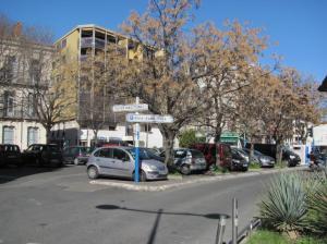 Panneau directionnel indiquant le parking Saint-Roch photographié au bout de l'avenue de Maurin, côté centre-ville de Montpellier, le samedi 25 février 2017. Copyright : Edouard Paris