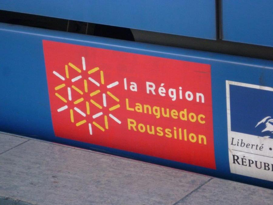 Le logo la Région Languedoc Roussillon, qui enlaidit la plupart des rames du tramway de Montpellier, photographié le samedi 4 février 2016. Copyright : Edouard Paris
