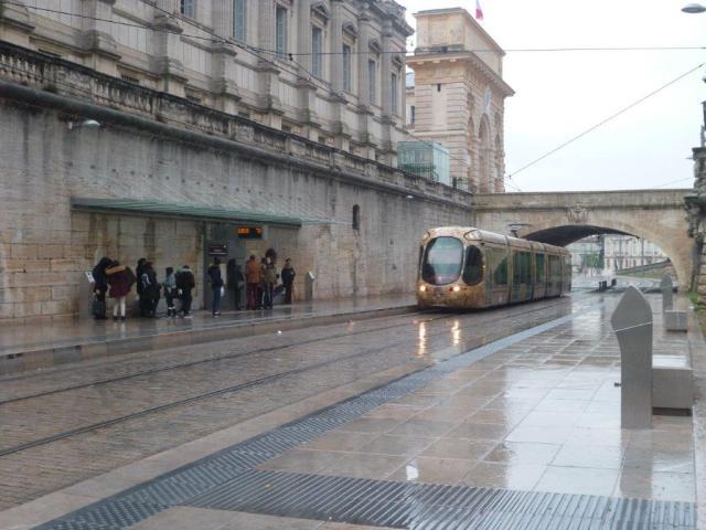 """Par temps de pluie, les voyageurs du quai 4a de la station """"Peyrou - Arc de Triomphe"""" sont mieux lotis que ceux du quai 4b. Photo prise le samedi 11 février 2017 à 15h44. Copyright : Edouard Paris"""