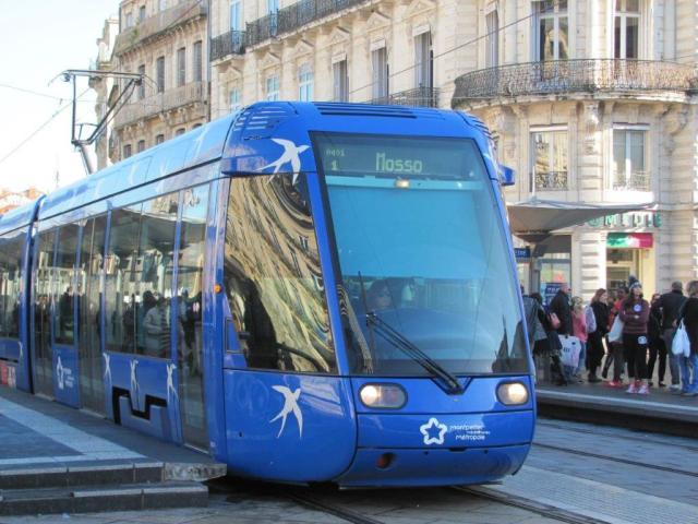 """Symbole de la ligne 1, une rame Citadis 401 Alstom photographiée à la station """"Comédie"""", le samedi 17 décembre 2016. Copyright : Edouard Paris"""