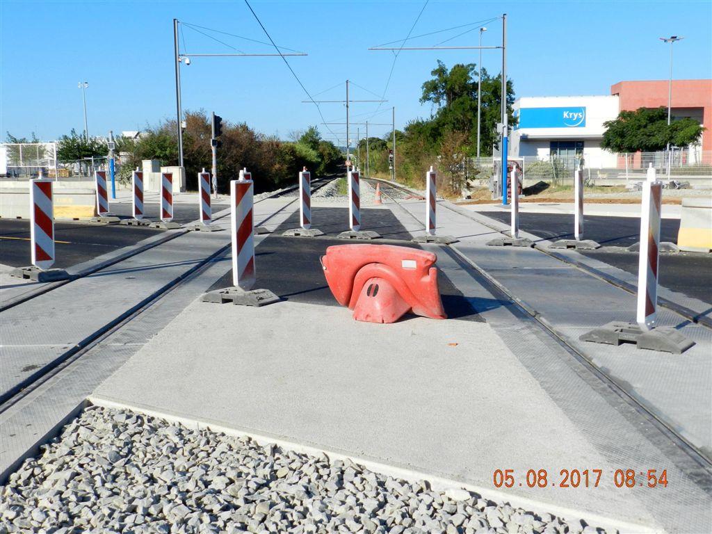 Plateforme tramway termin e et nouveaux rails pos s la hauteur du passage niveau de la route - Saint jean de vedas tram ...