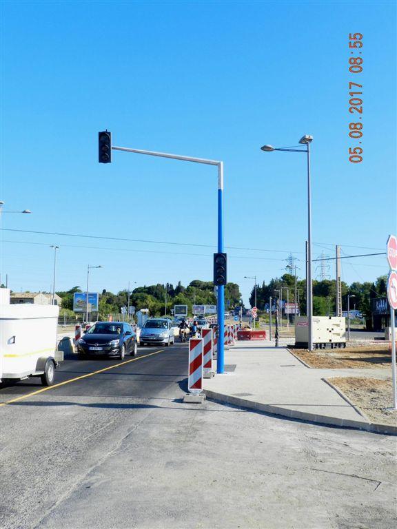 Signalisation routi re classique feux tricolores install e quelques m tres avant le passage - Saint jean de vedas tram ...
