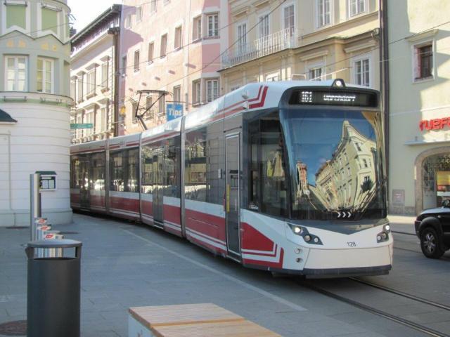 """A Gmunden, la rame 128 Tramlink V3 Vossloh Kiepe, circulant en direction de Vorchdorf, est photographiée à l'approche de la station """"Rathausplatz"""", le mardi 1er octobre 2019. Copyright : Edouard Paris"""